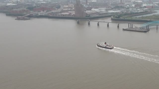 liverpool mersey ferry side view aerial video - フェリー船点の映像素材/bロール