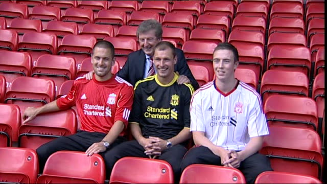 vídeos y material grabado en eventos de stock de liverpool reveal new signing joe cole england merseyside liverpool anfield ext joe cole photocall on pitch and in stands with liverpool manager roy... - merseyside