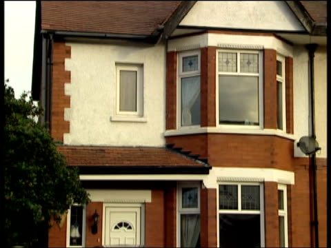 liverpool southport ext gvs house belonging to tony meadows michelle meadows - イングランド サウスポート点の映像素材/bロール