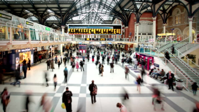 stazione di liverpool street all'ora di punta, londra - ora di punta video stock e b–roll