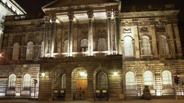 vídeos y material grabado en eventos de stock de ms, liverpool town hall illuminated at night, liverpool, england - edificio gubernamental