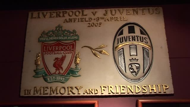 stockvideo's en b-roll-footage met liverpool v juventus memorial placard at anfield on september 20, 2011 in liverpool, england - vrijetijdsfaciliteiten