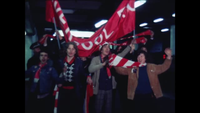 vídeos de stock e filmes b-roll de london euston savoy hotel ms liverpool supporters at station ms players cup arrive at savoy hotel ms shankley bv all in savoy hoel - liverpool inglaterra
