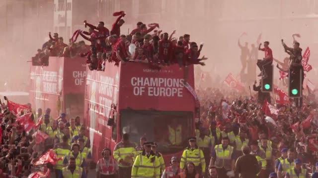 vídeos y material grabado en eventos de stock de liverpool's celebrations shift to their home city on sunday as tens of thousands of fans greet the team who beat tottenham to win the champions... - liga de campeones