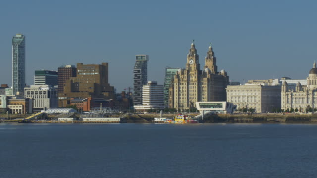 vídeos de stock e filmes b-roll de liverpool's historic waterfront. royal liver, cunard and port of liverpool buildings. - liverpool inglaterra