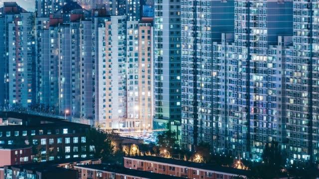 vídeos de stock, filmes e b-roll de t/l zi living apartamento à noite / beijing, china - fachada
