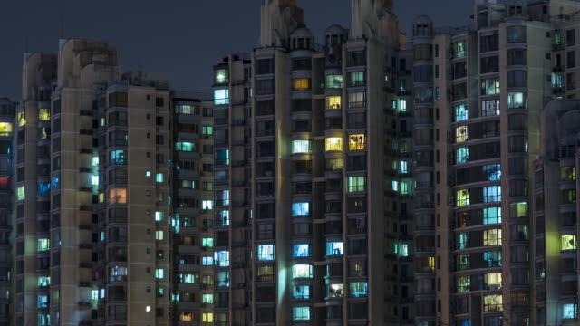 stockvideo's en b-roll-footage met t/l ms ha td living appartement, residentiële gebouw 's nachts / beijing, china - gevel