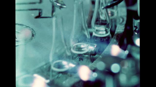 vídeos de stock, filmes e b-roll de living spermatozoa cells ms machine automatically filling glass containers w/ liquid melting top w/ heat to seal cu many sealed bottles ha ms storage... - pesquisa genética