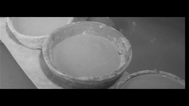 Living with Clay/Two sisters preserve Nara's Akahada Pottery Carrying clay kneading dye spinning the wheel Only the sound of kicking the potter's...