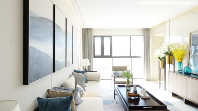 vídeos de stock e filmes b-roll de livingroom interior - interiores em exposição