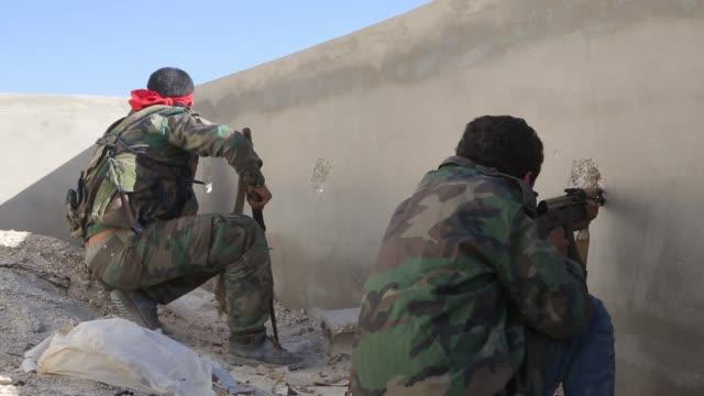 vidéos et rushes de liwa alquds fighting around aleppo city syria - conflit