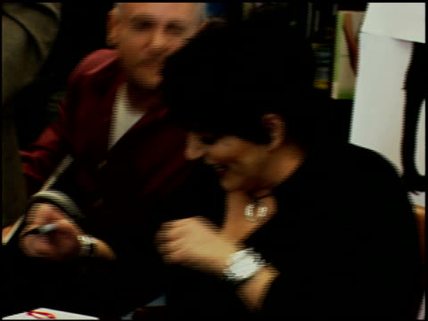 vídeos y material grabado en eventos de stock de liza minnelli and fan at the liza with a 'z' dvd signing at barnes noble at the grove in los angeles california on may 6 2006 - barnes & noble