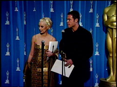 lizzy gardiner at the 1995 academy awards at the shrine auditorium in los angeles california on march 27 1995 - 1995 bildbanksvideor och videomaterial från bakom kulisserna