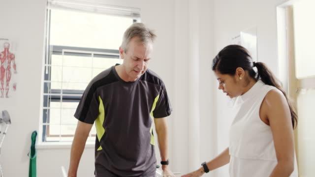 vídeos de stock, filmes e b-roll de vou mantê-lo em movimento - fisioterapeuta