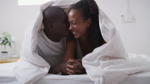 vídeos y material grabado en eventos de stock de nunca me haré enamorarme de ti - manta ropa de cama