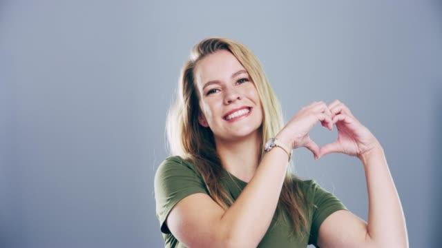vídeos y material grabado en eventos de stock de nunca me daré por el amor - hacer señas