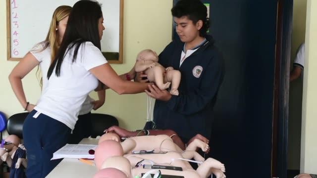 lloran piden comida reclaman que se les cambie el panal o que se los acomode adecuadamente son bebes robots usados por un municipio en colombia como... - comida stock videos & royalty-free footage