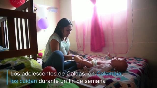 lloran piden comida y reclaman que se les cambie el panal son bebes robots usados por un municipio en colombia como parte de un programa para frenar... - comida stock videos & royalty-free footage