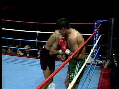 vidéos et rushes de lloyd honeyghan knocks out jorge vaca - ring de boxe