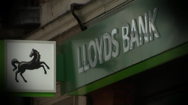 Lloyds Bank returns fully to private hands R15090701 / Surrey Kingston Various of long queue of Northern Rock customers outside high street branch of...