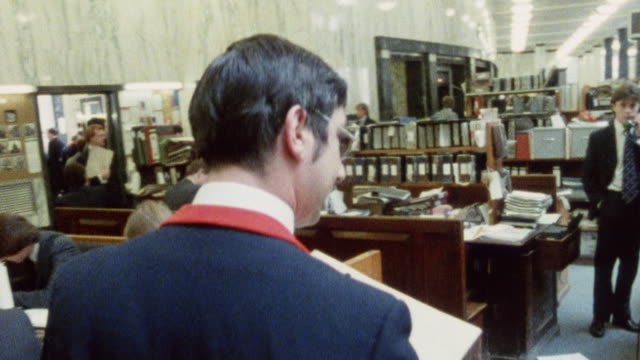 1985 montage lloyd's of london underwriters floor bustling with members and staff activities / city of london, england† - city von london stock-videos und b-roll-filmmaterial