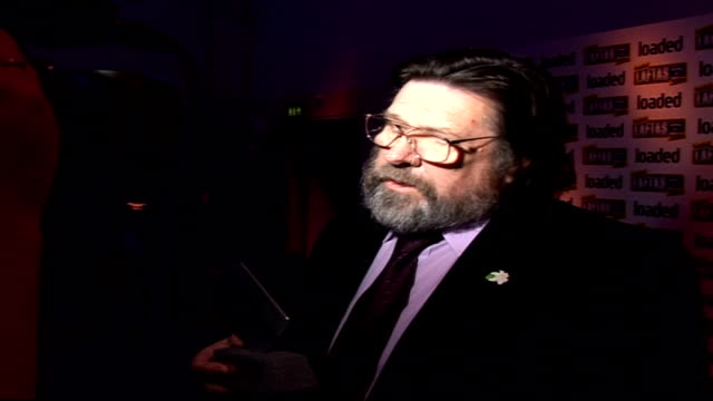 stockvideo's en b-roll-footage met loaded laftas awards ceremony: celebrity photocalls and interviews; england: london: int ricky tomlinson posing for photocall with laftas award /... - soapserie