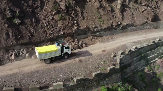 stockvideo's en b-roll-footage met loaded truck driving on a risky mountain road, approaching leh, jammu & kashmir, india - commercieel landvoertuig