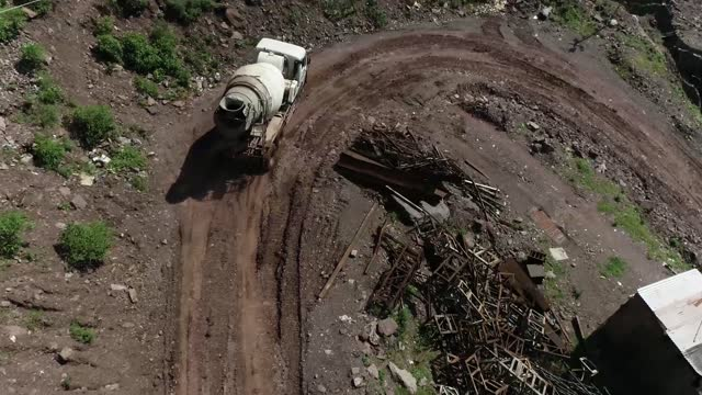 stockvideo's en b-roll-footage met loaded truck driving on a risky mountain road & entering the construction site, india - commercieel landvoertuig