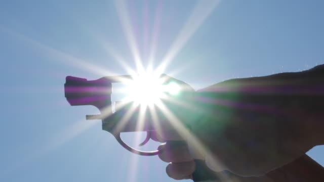loading bullets into revolver - pistolenschießen stock-videos und b-roll-filmmaterial