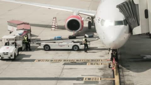 """vidéos et rushes de chargement du fret et décharger sac d """" avion pour le fret aérien logistic, time-lapse de mouvement, 4 k (uhd - décharger"""