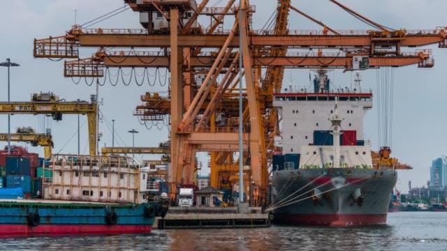 Laden van vracht uit containerschip naar truck, time-lapse