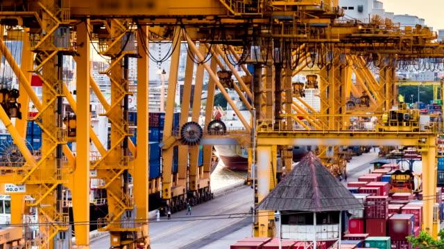 荷積貨物トラックを containership からの輸送港 - 積荷を降ろす点の映像素材/bロール