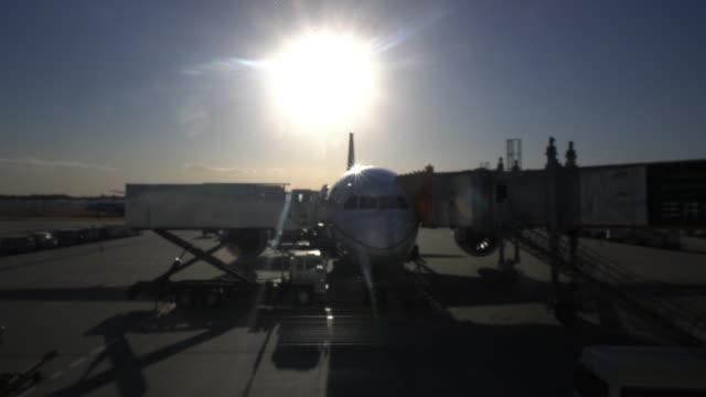 荷積レッグサイド操作の旅客機 - 降り立つ点の映像素材/bロール