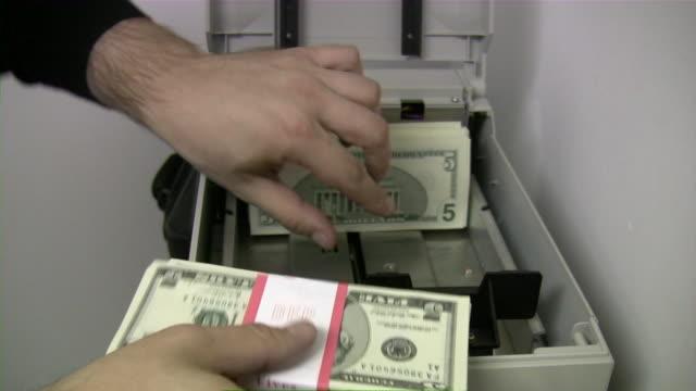 vídeos y material grabado en eventos de stock de carga de dólares dinero en efectivo en cajeros automáticos. tarjeta de crédito. la banca. - billete de cinco dólares estadounidense