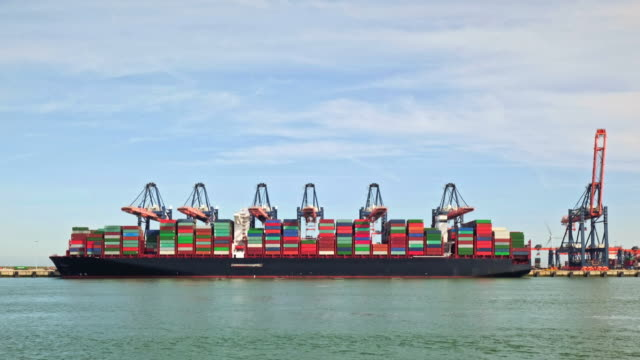 loading container ship - schiffsfracht stock-videos und b-roll-filmmaterial