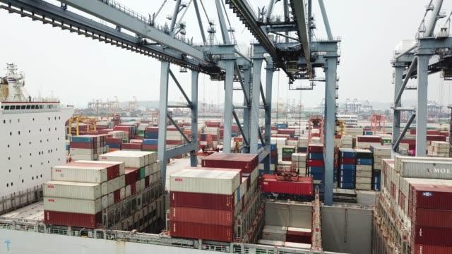 vídeos de stock, filmes e b-roll de navio de contêiner de carga - porto distrito