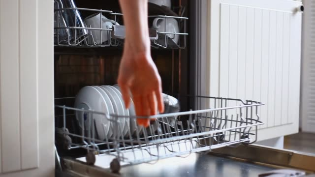loading dishwasher - lavastoviglie video stock e b–roll