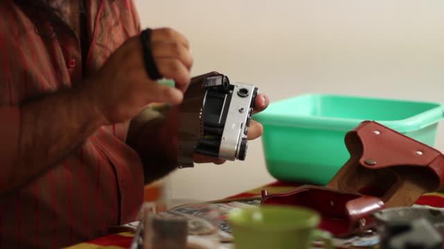 film laden in der kamera - rollen stock-videos und b-roll-filmmaterial