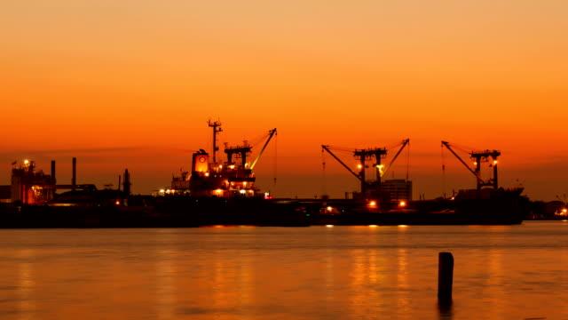 vídeos y material grabado en eventos de stock de carga de carga en bangkok shipyard lapso de tiempo al atardecer - grulla de papel