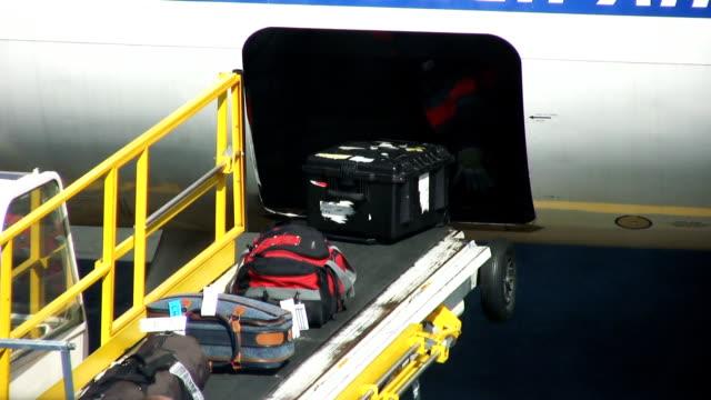 beladen gepäck (hd) - reisegepäck stock-videos und b-roll-filmmaterial