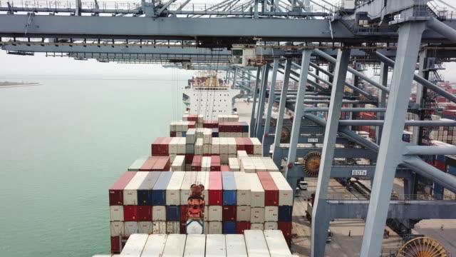 vídeos y material grabado en eventos de stock de carga de pone en el barco de carga - apilar