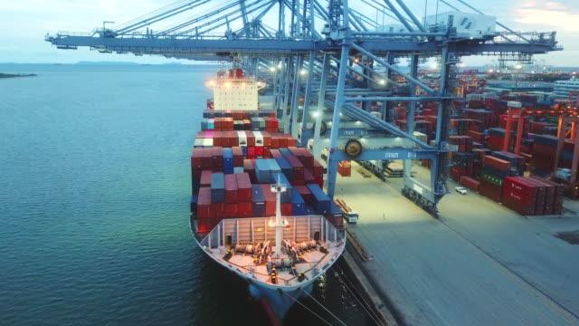 vídeos de stock, filmes e b-roll de carregando de cargas sobre o navio de carga - recipiente