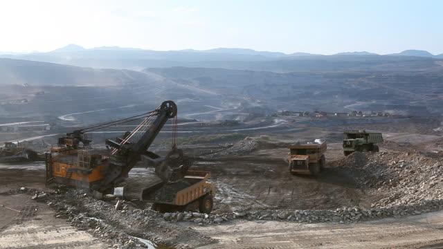 Caricamento del Minerale di ferro su molto grande corpo-dump camion