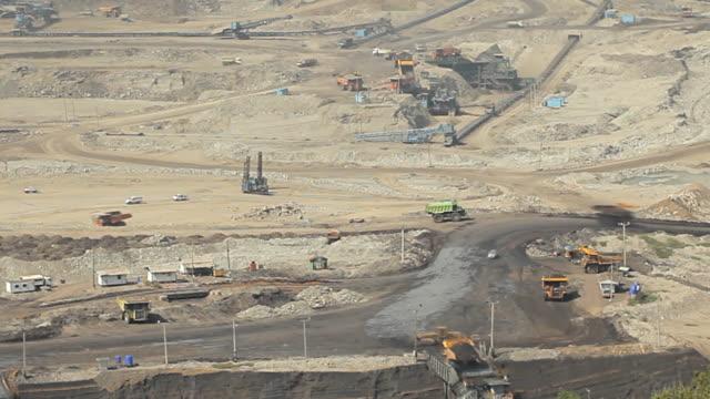 vidéos et rushes de chargement de fer machine de travail à la mine de charbon - hd format