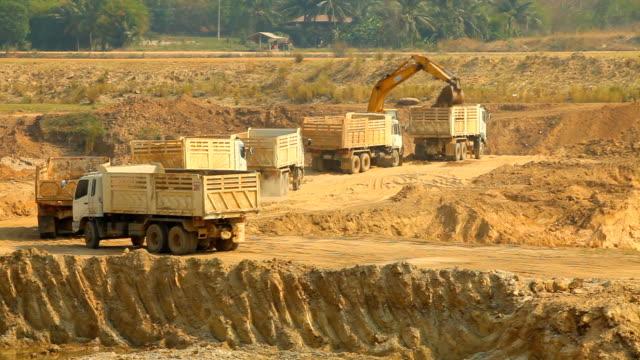 荷積のアイロン仕事での石炭鉱山機械 - ダンプカー点の映像素材/bロール