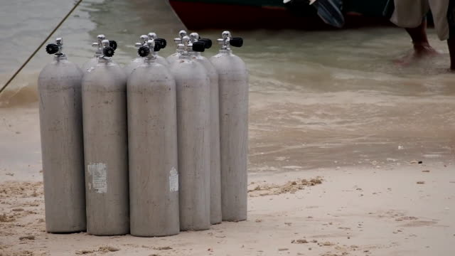 Loading of oxygen tanks for scuba diving