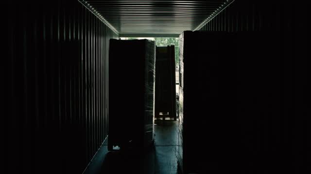 verladung des produkts in den lkws im lager, produkte werden auf die lkws verladen und dann werden die türen des lkw geschlossen, verladen von produkten mit gabelstapler - box container stock-videos und b-roll-filmmaterial