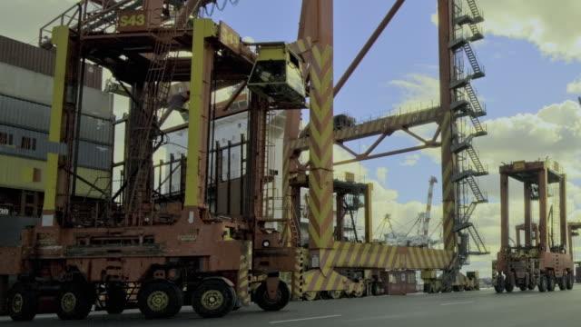 ws t/l zo loading shipping containers at swanston dock / melbourne, victoria, australia - hochziehen stock-videos und b-roll-filmmaterial