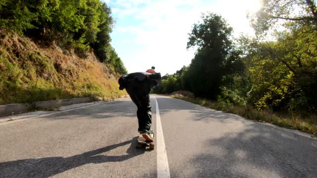 loangboard skating gibt mir adrenalin - rutschen stock-videos und b-roll-filmmaterial