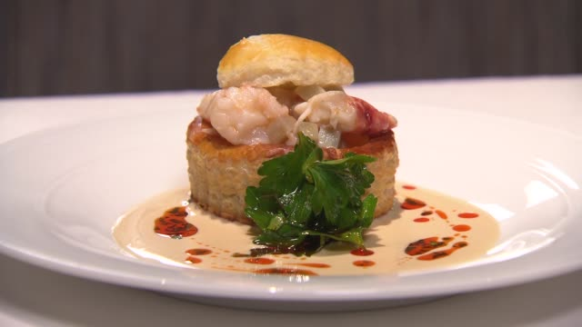 vidéos et rushes de lobster vol-au-vent at chicago restaurant next: bistro on january 31, 2015 in chicago, illinois. - plat